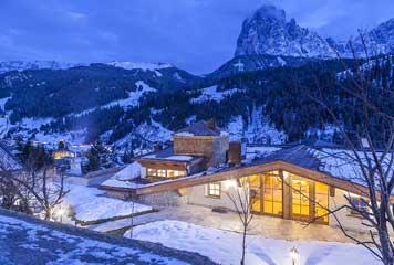 Duka per un hotel in val gardena ioarch costruzioni e for Vista sulla valle cabine colline hocking
