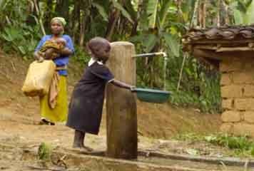 Risultati immagini per bambini africani alla fontana